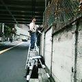 塀の中を撮る人々@大塚警察