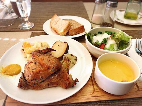 ドルフィンで昼食は鶏肉と格闘